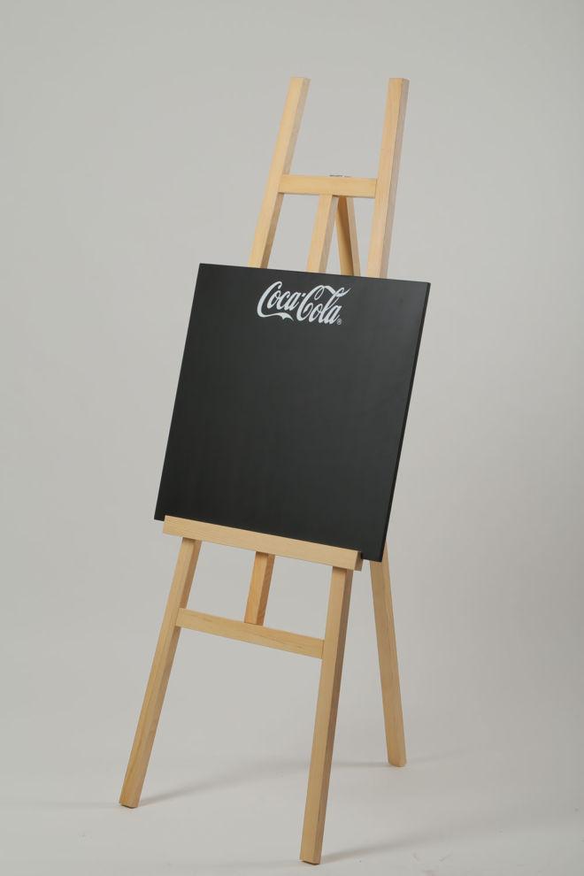 drveni štafelaj sa tablom za pisanje kredom