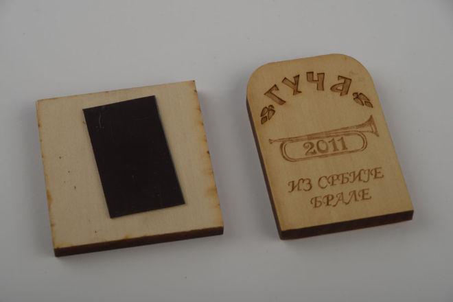 Holzanhänger mit einem Medaillon