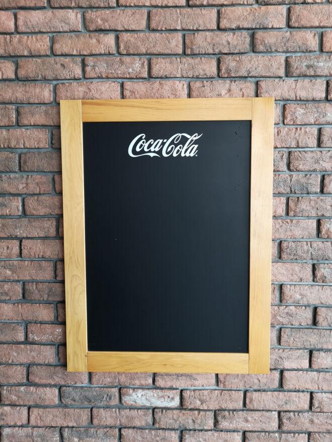 drvena zidna tabla za pisanje kredom coca cola